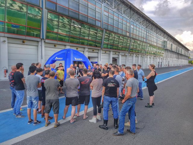 Briefing pit lane Magny Cours